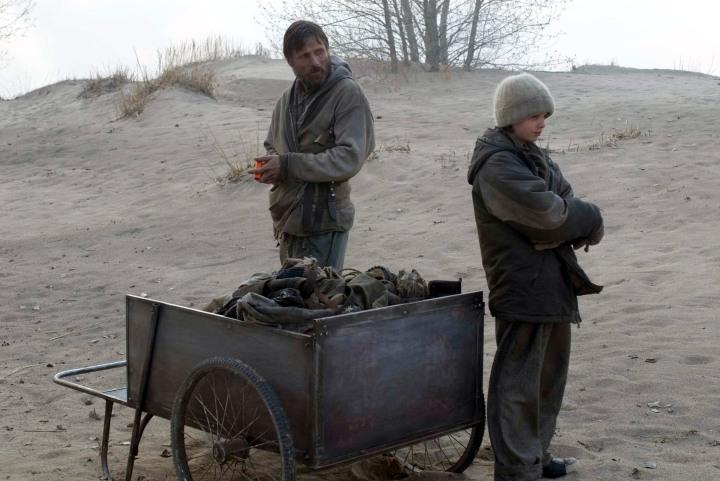 Un fotogramma dal film di John Hillcoat, con Viggo Mortensen e Kodi Smit-McPhee