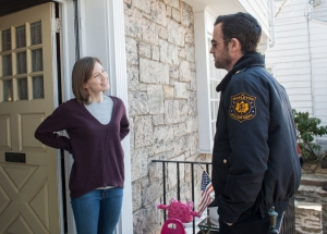 "Carrie Coon e Justin Theroux in ""The Leftovers"""