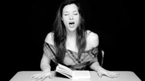 """Clayton Cubitt dirige la sessione di lettura di Stoya per il progetto """"hysterical literature"""""""