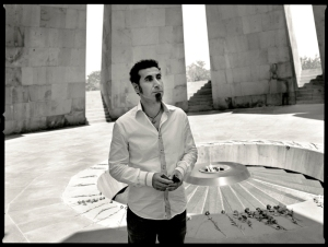Serj Tankian in visita all'Armenian Genocide Memorial di Yerevan; August 12, 2010  (foto Erik Weiss)